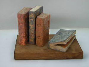 libros de ceramica sobre peana de madera