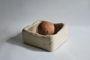 escultura dentro de una caja