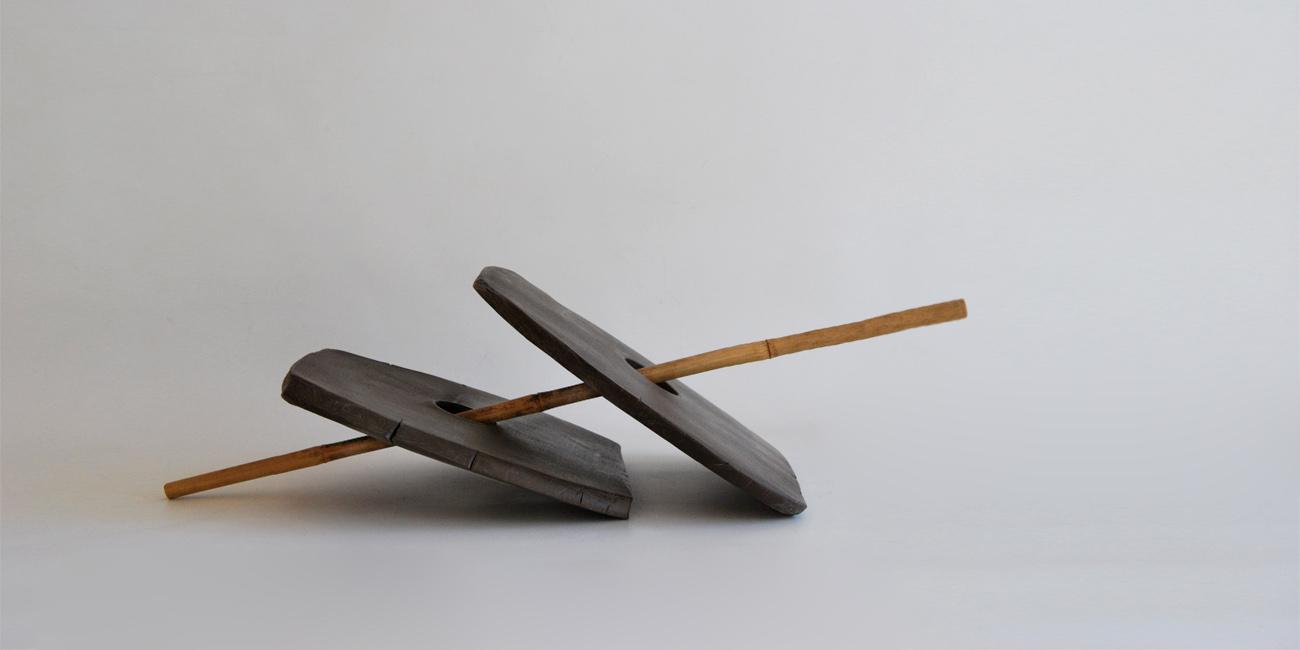 escultura de barro negro y bambu