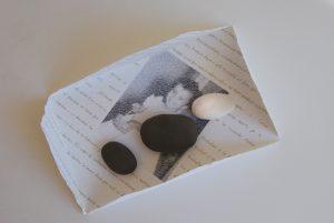 pedres de ceramica sobre paper